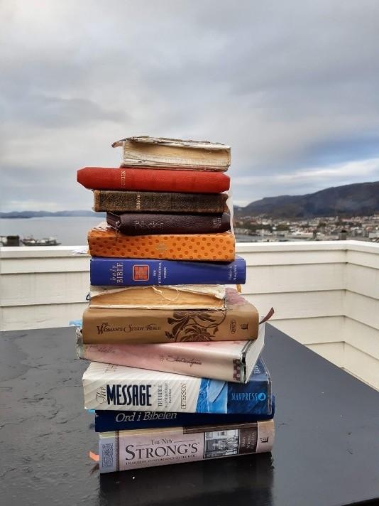 Bibler stablet på bord
